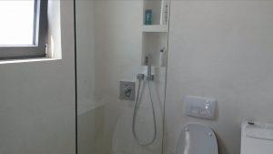 Επένδυση τοίχου ντουζιέρας με υλικο κόριαν