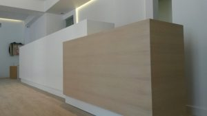 Reception ξενοδοχείου στην Πάργα φτιαγμένος με κόριαν και με ξύλο