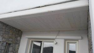 Επιπλα ξενοδοχείου : ξύλινη κατασκευή οροφής στην αυλή των υπμοδωματίων