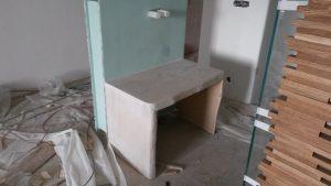 Επιπλα ξενοδοχείου : ξύλινη κατασκευή βάσης για τοποθέτηση νεροχύτη.
