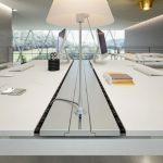 Επιπλα γραφείου σε χρώμα λευκό και κίτρινο: Γραφείο και φωτιστικό γραφείου