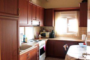 Επιπλα σπιτιού: κουζίνα με εντοιχισμένο ψυγείο