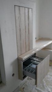 Ξύλινη κατασκευή ντουλάπι και έπιπλο γραφείου με μηχανισμό