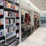 Μοντέρνες βιβλιοθήκες σε βιβλιοπωλείο της θεσσαλονίκης