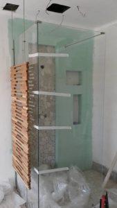 Ξύλινη κατασκευή διακόσμησης - χώρισμα ντουζ