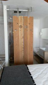 Ξύλινη κατασκευή διακόσμησης - χώρισμα ντουζιέρας