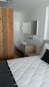 Ξύλινη κατασκευή έπιπλο μπάνιου και κομοδίνο (μετά)