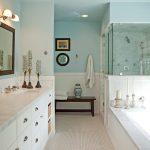 Μπάνιο σε λευκό χρώμα και έπιπλο νεροχύτη μπάνιου σε λευκό