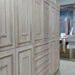 Κατασκευή ντουλάπας από κόντρα πλακέ θαλάσσης με επένδυση Ελληνικής καρυδιάς και χειροποίητα σκαλίσματα 02