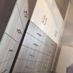 Δίχρωμη ντουλάπα υπνοδωματίου και συρταριέρα